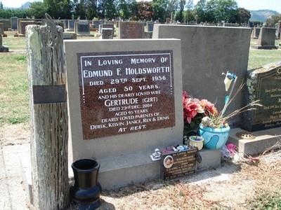 Picture of Taruheru cemetery, block 25, plot 44.