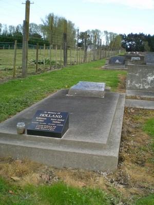 Picture of Taruheru cemetery, block R, plot 28.